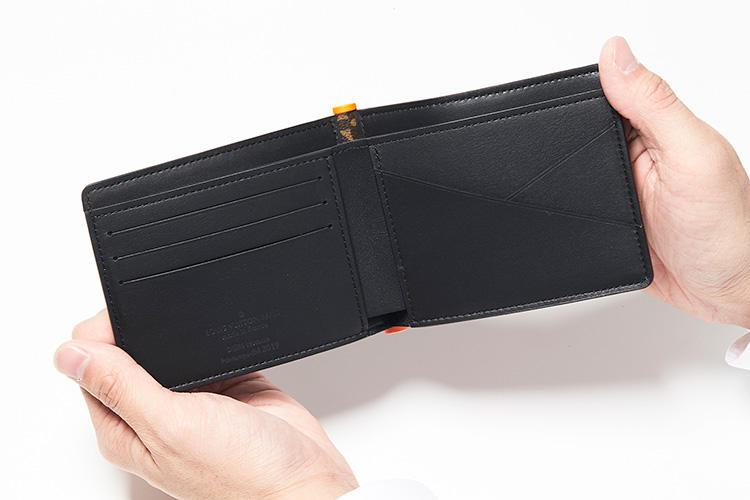 同・開けたところ<br />内装は紙幣用のコンパートメントにカードポケットが3箇所、レシート用のポケットが2箇所、名刺用ポケットが2箇所。プラスチックヒンジが覗くデザインは、見るからにモダンを誘う。