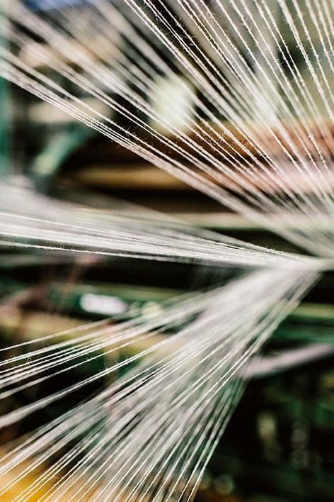 髪の毛よりも細い糸がマシンで編まれていく。