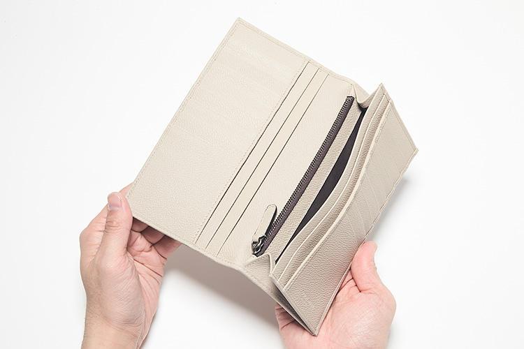 同・開けたところ<br />中を開けるとカードスロットが左右あわせて16箇所。両側にスリットポケットを3箇所ずつ配して、コイン用のジップポケットも備えられている。充実の装備に圧倒される。