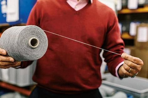 これだけの細さでありながら、極めて上質なカシミヤヤーンを使っているため強度もある。