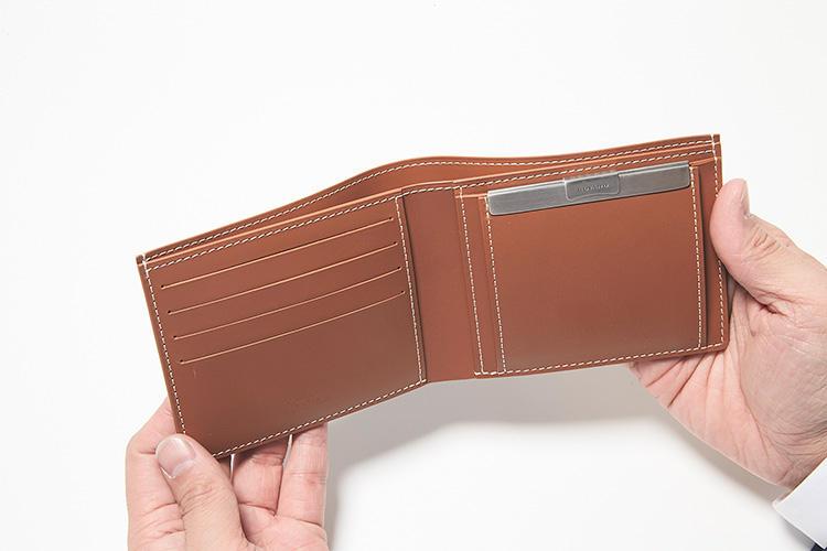 同・開けたところ<br />2つ折り財布の定番「サン フロランタン2」は、コインケースの留め具の形状がスライド式のメタルフックに進化している。カードポケットは6箇所配置。