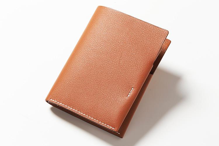 <strong>HERMÈS/エルメス</strong><br />最小限のステッチが施されたシンプルなレザーのウォレットは新作の「シタデル」。素材は型押しレザーのカーフを採用。2つ折り財布のサイズながら、コンパクトなサイズは驚きの技法で作られている。縦11×横9cm。20万9000円(エルメスジャポン)