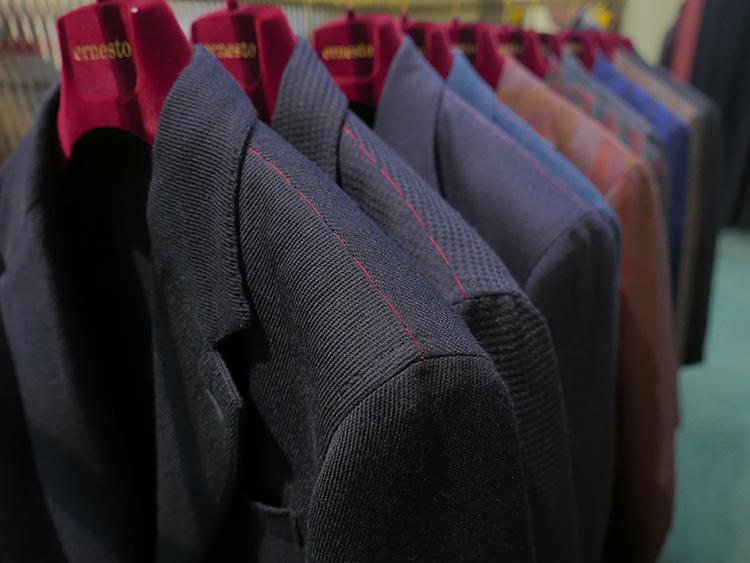 もちろん、シックなネイビー系もあり。とはいえ、織りで個性を出しているのがエルネスト流だ。