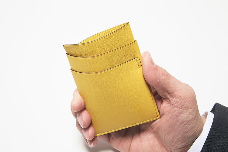 同・裏面<br />両サイドのスリットと共にセンターポケットも使い勝手良好。とても柔らかいカーフゆえ、手で押し開くようにするだけでカードの出し入れも用意。