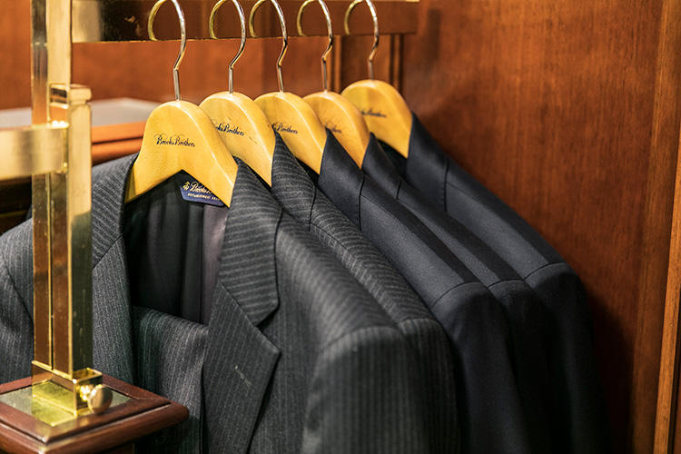 <strong>既成スーツを羽織ってバランスを見る</strong><br />型をベースに仕様を決めてゆくパターンオーダーは、オーダー時に実物に近いイメージを想像できるのもメリット。なお、ブルックス ブラザーズは一般的なブランドよりもサイズ展開が細かいうえ、それぞれにショートとレギュラーのレングスが用意されている。