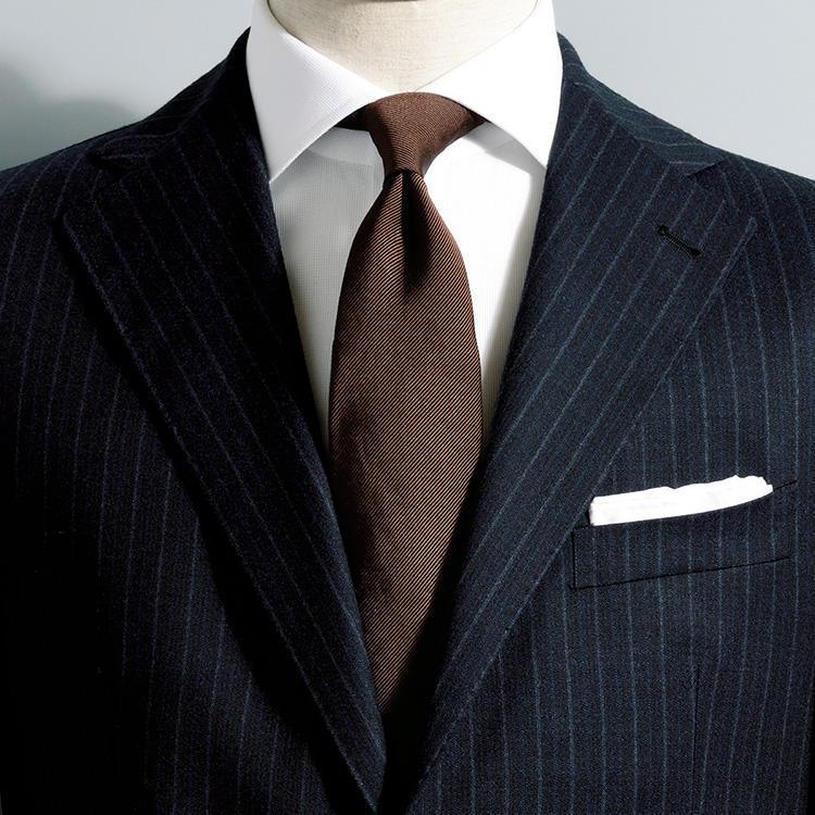 """<strong>1. まずは茶無地</strong><br />使い勝手がいいのはプレーンな茶無地のネクタイ。<br />紺系のスーツと組み合わせれば、イタリア語で紺×茶を意味する""""アズーロ エ マローネ""""の配色に。<br />シンプルだがとびきりセンスよく見える配色だ。"""