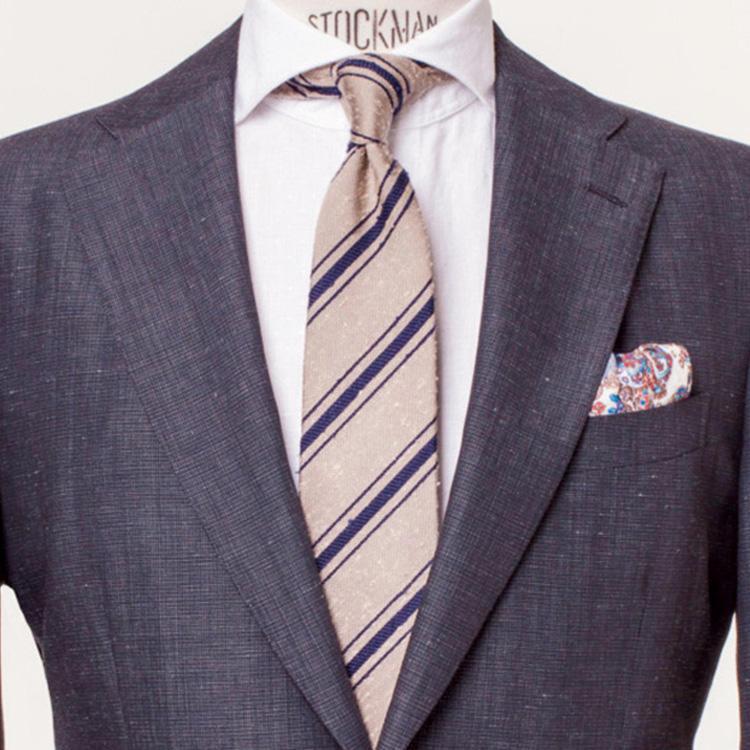 <strong>6. ネクタイも夏素材で衣替え</strong><br />一口に茶系ネクタイといっても種類は様々。<br />こちらは淡色のストライプに加えて、リネン特有の凹凸が夏を先取り。<br />ネクタイの素材でも季節を意識するのは、お洒落な人の常套手段。