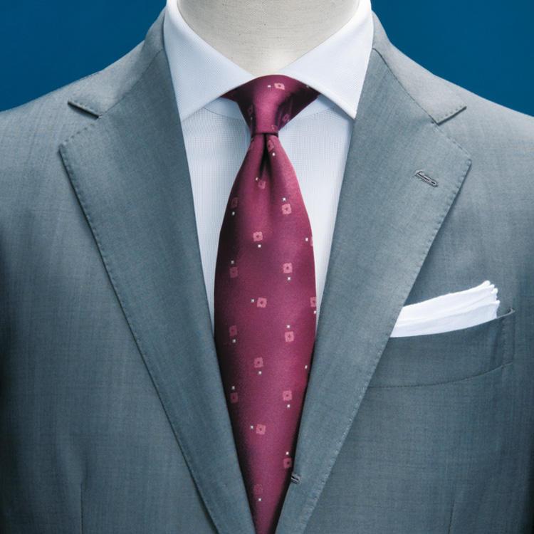<strong>2.グレー無地スーツ</strong><br />紺無地と同じくスーツの基本色であるグレー無地は、程良い光沢のあるタイプなら春夏も涼しげ。ネクタイは女性が好むピンクだが、落ち着いたワインレッドなら甘くなりすぎない。