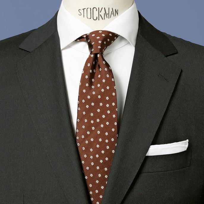 <strong>8.ギャップ萌え</strong><br />遠目で水玉に見える柄は、実は愛らしい花小紋。<br />ストイックなグレー無地スーツとのギャップも、女性陣から支持されるはず。<br />茶系ネクタイ×グレースーツも覚えておきたい洗練の色合わせだ。