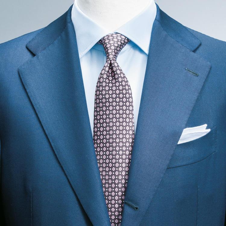 """<strong>7.イタリア男の配色術を応用</strong><br />スーツとシャツを青系でまとめた中に茶系の小紋柄ネクタイを差して、紺×茶でまとめた""""アズーロ エ マローネ""""の応用編。<br />小紋柄はこんな極小柄のほうが挑戦しやすい。"""