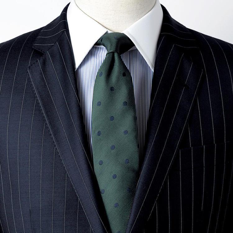 <strong>8.誰ともカブらないクレリックシャツ</strong><br />襟が白いクレリックタイプの紺ストライプシャツなら、若手社員ともカブリなし。スーツは同系色の紺、ネクタイはグリーンを選択。穏やか、癒し、温厚などのカラーイメージをもつグリーンは、社内外で好感度アップにも貢献。