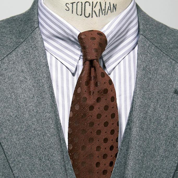 <strong>6.変わり種のグレーストライプ</strong><br />清涼感あふれる紺ストライプも良いが、大人の色気漂うグレーストライプはいかが? グレー無地の3ピーススーツ、茶のドットネクタイを合わせれば印象的な襟元が完成。3ピースは胸元のVゾーンが狭いので、シャツとネクタイは小柄でまとめるとうるさくない。