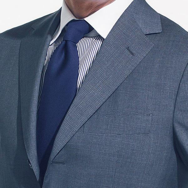 <strong>7.クレリックシャツ</strong><br />襟だけ白いクレリックシャツは、カメラマンが用いるレフ板のような効果を発揮。顔色が冴え渡るうえに、清涼感も演出できる。肌艶が失われがちなミドル世代の救世主でもある。