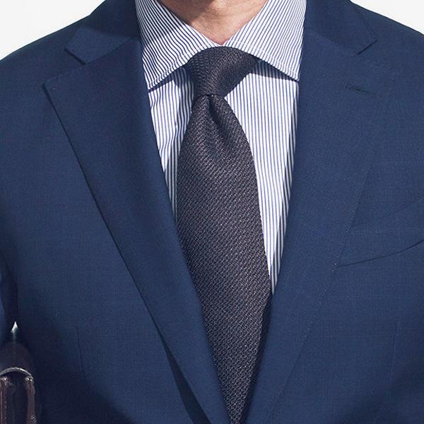 <strong>2.ストライプが細幅になると?</strong><br />同じ紺ストライプシャツでも細縞になると落ち着いた印象になる。スーツとネクタイも同じく紺で色目をずらしながら同系色で統一すれば、簡単に知的な印象に導ける。