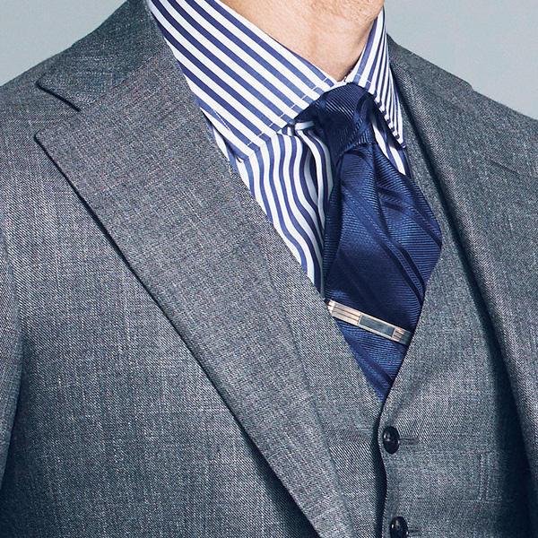 <strong>1.着痩せ効果もある基本のストライプ</strong><br />幅5mm程の縞が等間隔で並ぶロンドンストライプは、ストライプの代表格。色ははっきりした紺なら痩身効果にも期待大。紺と相性がいい紺やグレーのアイテムでまとめれば間違いない。