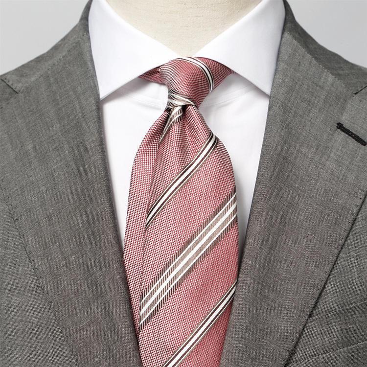 <strong>8.ピンクのネクタイ</strong><br />優しい印象があるピンクは、相手をリラックスさせる効果もあるとされ、女性の多い職場に有効。くすんだピンクのネクタイなら浮ついた印象にならず、対外的にも好印象だ。