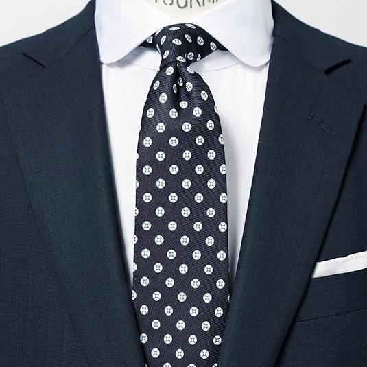 <strong>6.ラウンドカラーシャツ</strong><br />丸襟のシャツは穏やかな印象に直結。胸元は視線を集めやすいため、襟型を替えるだけでもイメチェン効果が高い。シャツが変化球のため、他は色柄を抑えると好バランスだ。