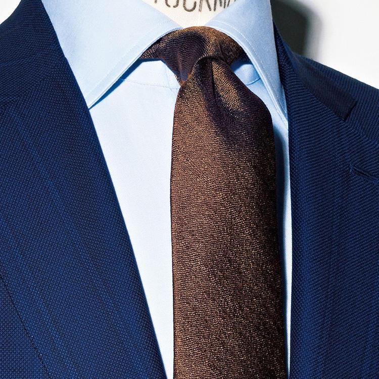 <strong>5.アズーロ エ マローネ</strong><br />イタリア語で紺×茶を意味する「アズーロ エ マローネ」は、イタリア人がよく用いるエレガントな色合わせ。紺のスーツと茶のネクタイという組み合わせなら、簡単で失敗しにくい。