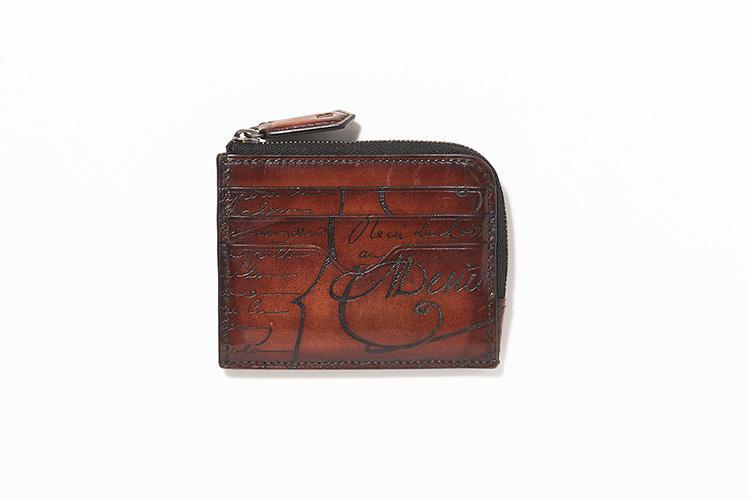 <strong>BERLUTTI</strong><br />コインケース、財布として使用できるジップ付き名刺入れ「コア ロジック」。縦8cm×横10cm。8万2000円/ベルルッティ(ベルルッティ・インフォメーション・デスク)