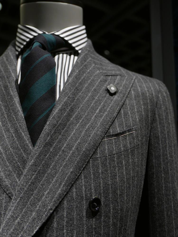 <b>ラルディーニ</b></br>こちらもスーツ、シャツ、ネクタイすべてストライプで3柄を使用。しかしシャツのストライプもグレーに、またネクタイを渋いグリーン調にすることで、全体的にシックな印象をキープ。