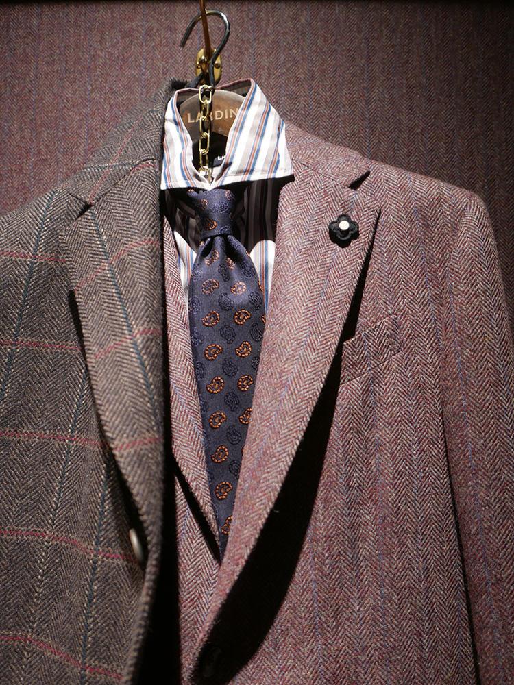 <b>ラルディーニ</b></br>赤みの強い、明るめブラウンのジャケット。こちらもブラウン系のストライプシャツに、ブラウンの入った小紋タイ。ネクタイの色がアズーロ エ マローネになっているので、全体的なまとまりよし。
