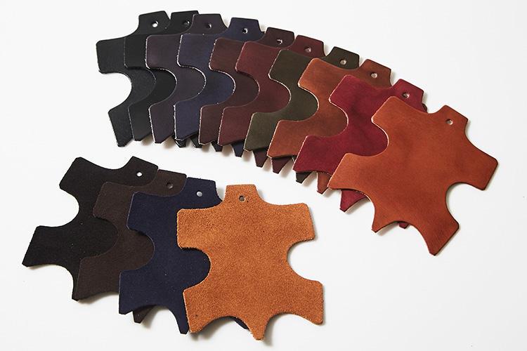<strong>【マドラスの靴の革サンプル】</strong><br />アッパーのレザーはイタリア製のスムースとスエードの2種13色(一部、限定色もあり)から選べるうえ、注文を受けてから国内の職人の手によって一足ずつ染色されるため、深く味わいのある色合いが仕上がる。レザーソールやラバーソールなど本底の素材や色、シューレースも自由に選べるうえに左右でサイズを変更することも可能だ。