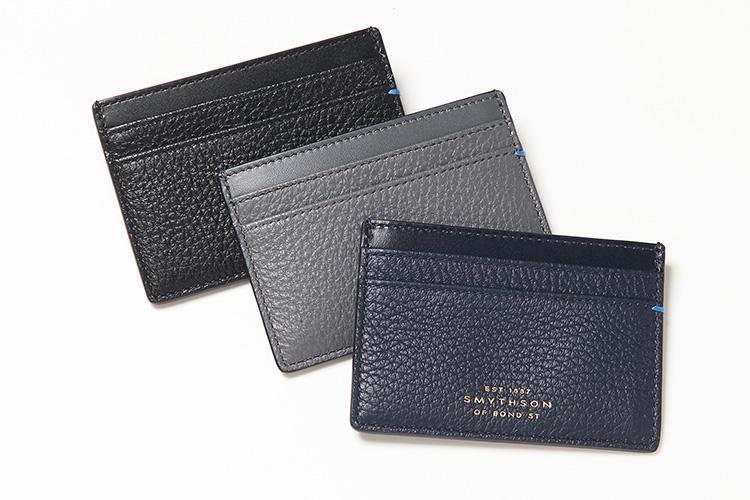 <strong>スマイソン</strong><br />ポケット5つの「フラットカードホルダー」は柔らかなディアスキンの薄マチ仕立てで、春物の薄手ジャケットの内ポケットに入れてもノンストレス。右端にはスマイソンを象徴する色、ナイルブルーのステッチが施されている。縦7×横10cm。各2万1000円(ヴァルカナイズ・ロンドン)