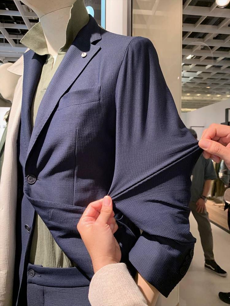 先のL.B.M.1911、普通の紺ジャケのようでいてこんなに伸びる! ストレッチの伸び具合も、ビジネスシーンでのコンフォート性が追求されるにつれてどんどん進化。