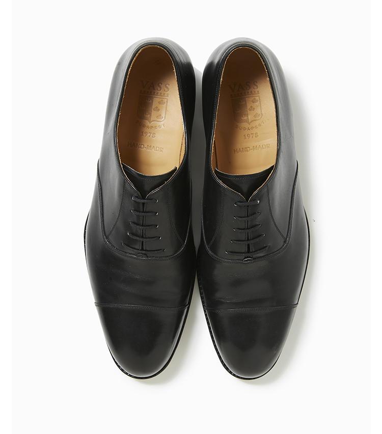 <b>19.ヴァーシュの黒靴</b><br />既成品でもビスポークシューズレベルの手作業を大切にしている、東欧ハンガリー発のシューズブランド。最も活用する黒靴はこんなシンプル顔のストレートチップと、雨天にも履ける21のような一足があれば最強。14万円(トゥモローランド)
