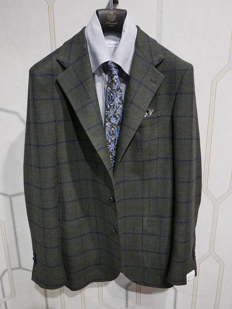 <b>エリコ フォルミコラ</b></br>グリーン系ベースのウインドウペーンチェックジャケットは、それ1着で存在感大。柄のネクタイを合わせるときは、ペーンの色を拾うとバランス◎。シャツの色も真っ白でなく少しトーンがあるほうがコントラストが弱まるので合わせやすい。