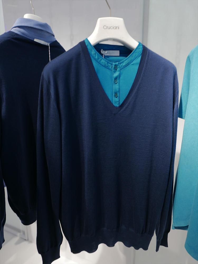 クルチアーニ。派手色ターコイズブルーのインナーには、手持ちの紺ニットをレイヤードすれば簡単に美しくまとまる。