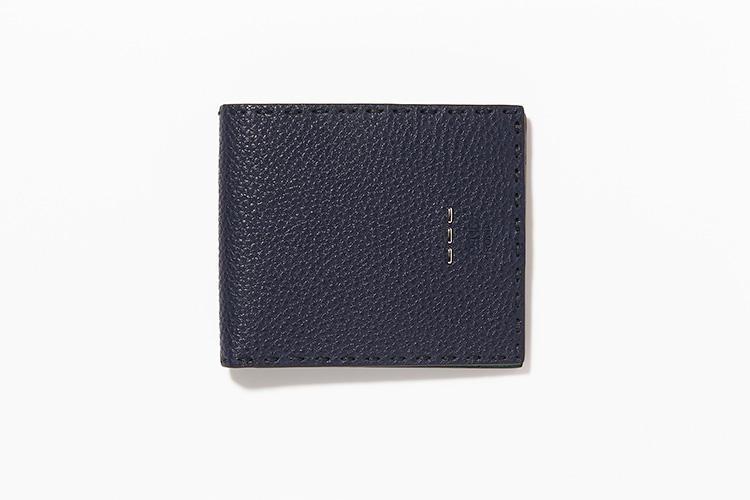 <strong>FENDI</strong><br />しっとりとやわらかなシボ革「クオイオ ローマ」を使った「セレリア」シリーズの2つ折り財布。「あえてロゴを入れず、3本のメタルステッチをあしらっているのが素敵だと思います」(ヒラサワ)縦9×横10cm。5万2000円/フェンディ(フェンディ・ジャパン)