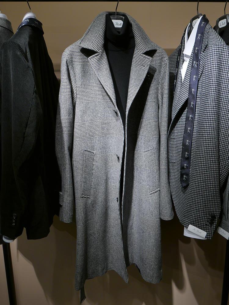 <b>デ ペトリロ</b></br>大柄グレンチェックのロングチェスター。モノトーンな着こなしで、襟を立てても存在感があってカッコいい。
