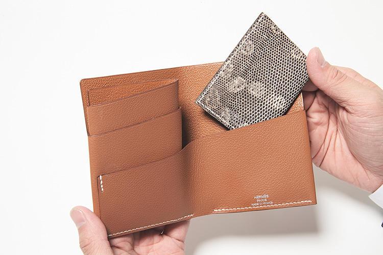 同・開けたところ<br />開けれ見れば構造は歴然。薄く削いだ革を貼り合わせ一枚のシートに。それを折り畳むように丸めて要所を手縫いで仕上げた革工芸の芸術品だ。カード、紙幣を自由にセットできる。取り外せるリザードのカードケースが付属。