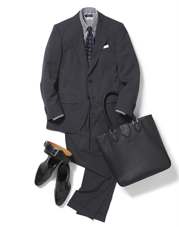 <b><font color='red'>麻布テーラー</font><br />週初めは超軽量スーツでスタートダッシュをかける</b><br />週明け月曜の社内会議は、スーツで気合を注入。<br />「ただ、暑かったり着用疲れしたりして、能率が下がっては本末転倒。おすすめは超軽量の生地を使用して、超軽量に仕立てた高機能な『ゼログラヴィティ・スーツ』です。見た目はかっちりしていますが、夏も軽快に着られます。ストライプシャツと小紋柄のネクタイはともにネイビー系でまとめつつ、柄を重ねることで個性も演出。ラクチンで涼しげな夏の理想的なスーツスタイルです」(プレス篠塚 剛さん)<br /><a class='u-link--ex' href='https://www.mens-ex.jp/fashion/feature/190722_11531.html' target='_blank'>コーディネートの詳細はこちら</a>