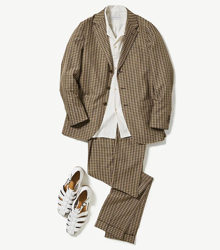 <b><font color='red'>トゥモローランド</font><br />パートナーが惚れ直す、あえての休日スーツスタイル</b><br />週末はTシャツ×デニムばかり。そんなカジュアル派の方こそ、たまにはカジュアルなセットアップスーツで洒落込んでみるのもあり。あなたを見るパートナーの目が変わるはず。 <br />「山形県米沢産のシルクサッカー生地を使ったイタリアのスーツに、開襟シャツとグルカサンダルで今年のトレンド感を加えました。こんなカジュアルセットアップなら、いつもより格上の週末スタイルがつくれます」(プレス川辺圭一郎さん)<br /><a class='u-link--ex' href='https://www.mens-ex.jp/fashion/feature/190629_11385.html' target='_blank'>コーディネートの詳細はこちら</a>