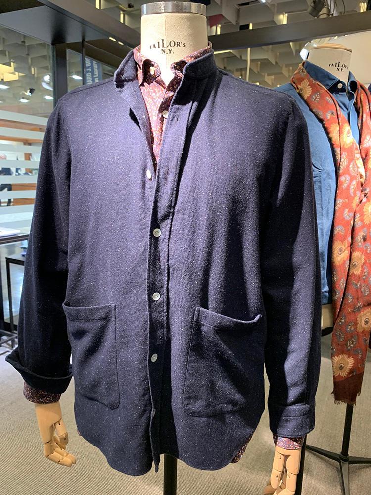 <b>フィナモレ</b></br>バンドカラーで下に左右ポケットをつけた、ジャケットに近い雰囲気。でいて、前立てとカフスはシャツ仕立てというのが面白い。