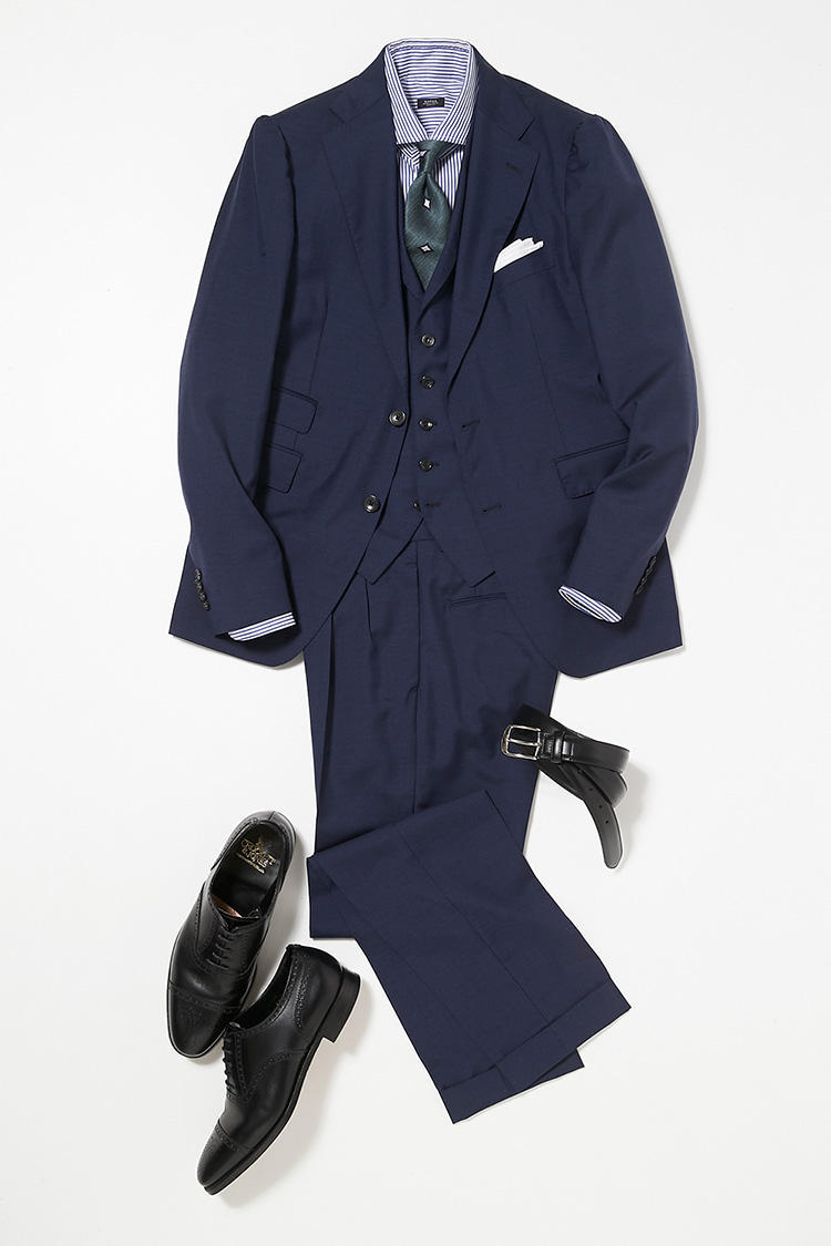 <b><font color=red>BEAMS</font><br />エレガントさを出すなら、3ピースのスーツが鉄板だ</b><br />昼間は仕事、夜は取引先のパーティへ。たとえばこのように、きちんとエレガントな印象をキープしたい日には、ネイビーの3ピーススーツを選んでみよう。<br />「普通のスーツよりもドレッシーな印象がある3ピーススーツなら、日中のオフィスに溶け込みつつ、夜の宴では華やぎを添えられます」(ビームス プレス・安武さん)。3ピースは、チェンジポケットや襟付きベスト、プリーツパンツなど、最旬のサルトリアディテールを取り入れているため、古めかしく見えることはない。「服地は微光沢のある梳毛なので、夜の照明に映えてパーティ慣れした人に見えるはず。スーツが正統派なので、ネクタイはグリーンの飛び柄で個性を出しても良いでしょう。」<br /><a class='u-link--ex' href='https://www.mens-ex.jp/fashion/feature/180424_10.html' target='_blank'>コーディネートの詳細はこちら</a>