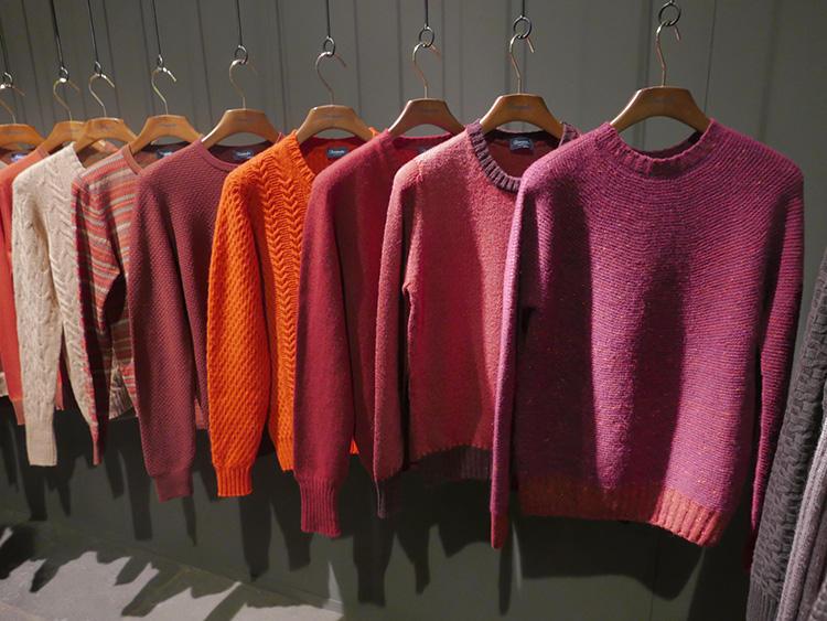 2018年秋冬のアクセントカラーはピンク、ローズ、ベリー、オレンジ系明るい色。
