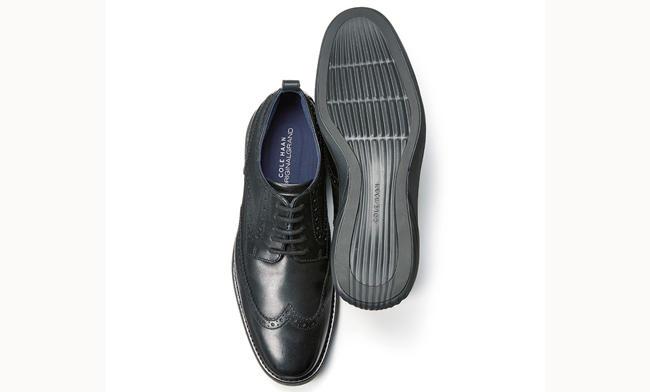 <p><strong>COLE HAAN / コール ハーン</strong></p><h3 class='h3' style='margin-bottom: 5px'>革靴の常識を覆す進化の最新形</h3><p>ドレス靴に革新を起こした「グランドエボリューション」シリーズ。衝撃吸収性と安定性を兼ね備える二重構造のアウトソール、人間工学に基づくインソールなどで包み込まれるような履き心地が味わえる。4万5000円(コール ハーン ジャパン)</p>