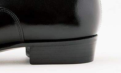 <strong>テーパードしたヒール</strong><p>斜めに角度をつけたヒールが上品な雰囲気。その傾斜が、小ぶりながら優雅な丸みを帯びたヒールカップのラインの延長線上になるようにしているのもさすがだ。</p>