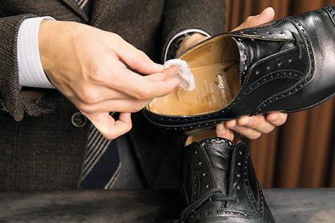 <strong>2.アルコールで中を拭く</strong><br />アルコール(市販の消毒液で可能)で、靴内部にたまったホコリをつま先からしっかりと取り除く。