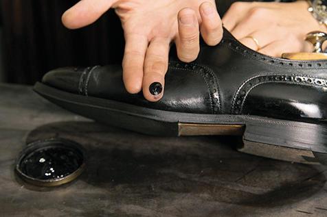 <strong>6.クリームを塗り込む</strong><br />指に米粒ひとつ分のクリームを取り、マッサージする要領で塗り込む。履きジワ部分は入念に塗る。