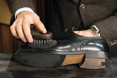 <strong>7.豚毛ブラシで浸透させる</strong><br />クリームを隅々まで伸ばすため、ハリのある豚毛ブラシを固定し、靴を動かす要領で馴染ませる。