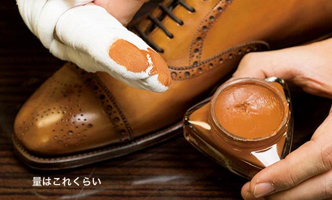 <strong>クリームを塗って</strong><br />クリームを取って靴全体に塗っていくが、量が多いと、色ムラになる恐れがあるので注意。ちなみにここでの秘密兵器がペネトレィトブラシだ。