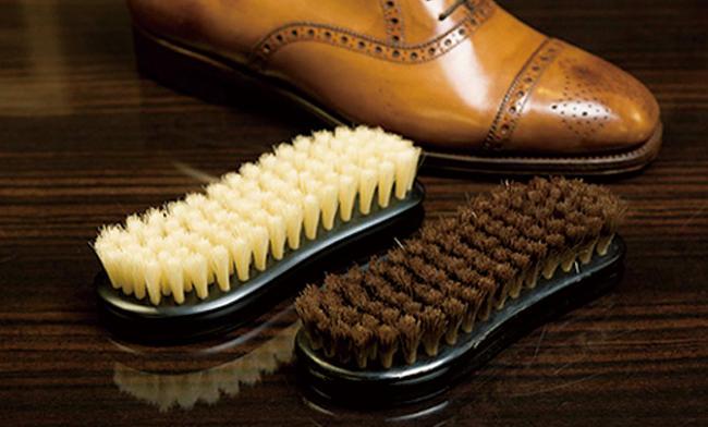 <strong>ちなみに…ブラシを使い込むとクリームが不要に</strong><br />新品(写真左)の豚毛を長い期間愛用していると、毛にクリームが染み込んでいく(写真右)。これにより、忙しい朝汚れた靴をサッと磨けば輝きが蘇る。