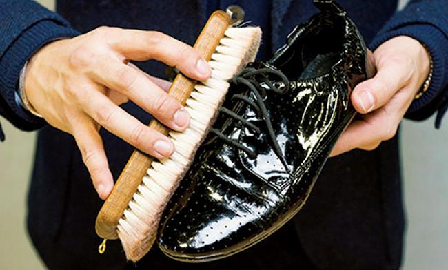 <strong>エナメルシューズも</strong><br />革の上に樹脂塗料を施したエナメル革の靴は、革への栄養分が不要。なので、ブラッシングだけでOK。これだけで曇りが払拭できる。
