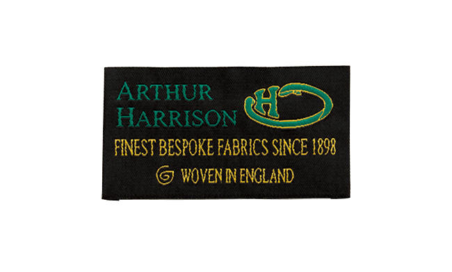 <strong>英国らしく、扱いやすい生地「アーサーハリソン」</strong><br />創業は16世紀とも言われる歴史ある作り手であり、着るほどに身体に馴染む、英国らしい生地提案が光る。「同グループ内では最もリアリティのある、ベーシックな生地を揃えています」