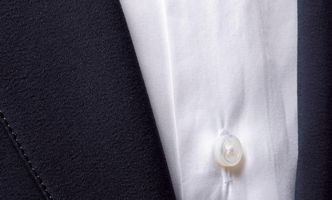 <strong>生地が繊細すぎるブロードシャツはNG</strong><br />繊細な糸で織り上げた平織りのブロードシャツは、表面に滑らかな光沢が現れる。これもタイ同様にスポーティな上着の素材感と馴染みが悪い。ジャケットは上写真アクアスキュータムと同じ。シャツ〈スタイリスト私物〉
