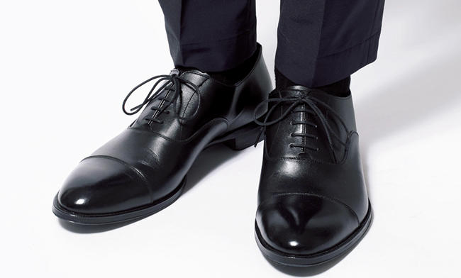 <strong>ドレッシーすぎる内羽根靴はNG</strong><br />飾り気のないドレッシーな内羽根式の靴では足元だけ印象が堅くなってしまう。光沢の強い素材より、マットな質感のレザーが似合う。パンツは上写真アクアスキュータムと同じ。靴〈スタイリスト私物〉